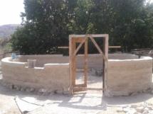 Los cimientos son de piedra y sobre ellos se levantan paredes de adobe, barro y paja.